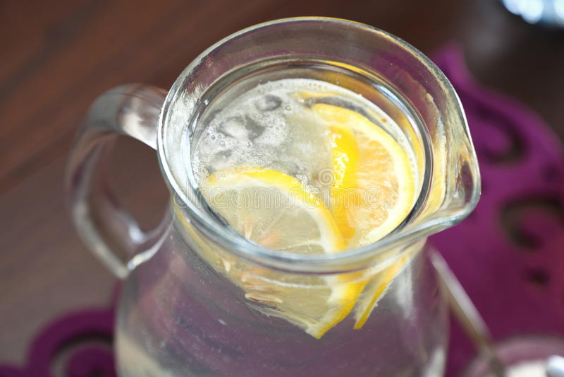 Ποτήρι του ύδατος με το λεμόνι στοκ εικόνα με δικαίωμα ελεύθερης χρήσης