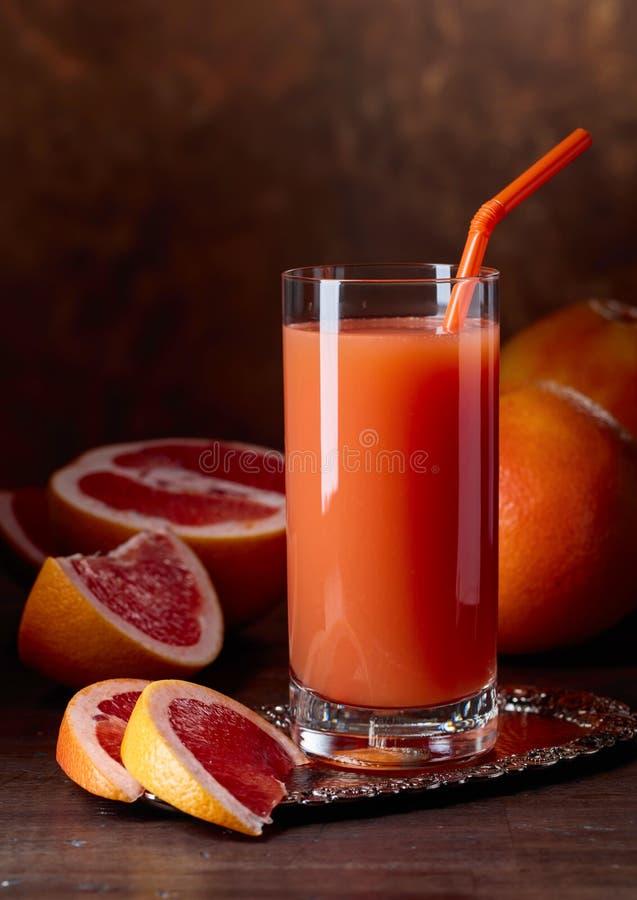 Ποτήρι των φρέσκων φρούτων χυμού γκρέιπφρουτ και περικοπών στοκ εικόνες με δικαίωμα ελεύθερης χρήσης