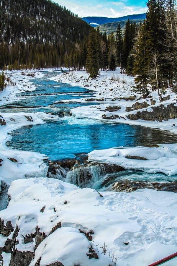 Ποταμός αγκώνων στις πτώσεις αγκώνων το χειμώνα στοκ εικόνα με δικαίωμα ελεύθερης χρήσης