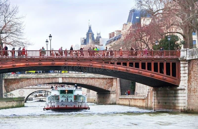 Ποταμός, βάρκες, γέφυρα, άνθρωποι και ακτή του Σηκουάνα στο Παρίσι στοκ φωτογραφία με δικαίωμα ελεύθερης χρήσης