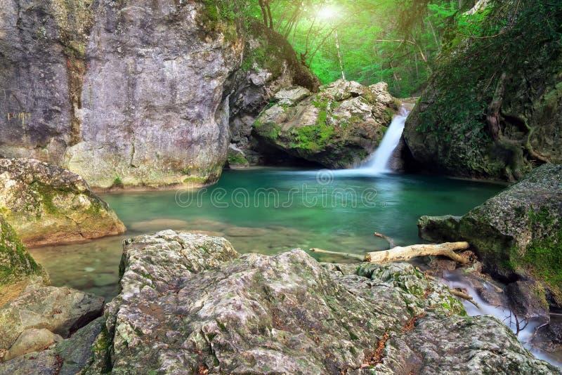 Ποταμός βουνών. Ροή ποταμακιών άνοιξη. στοκ φωτογραφίες