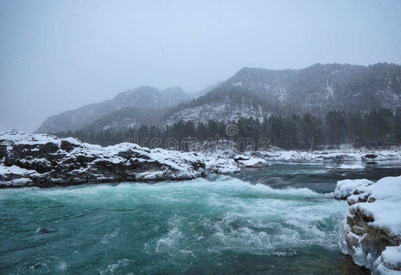 Ποταμός βουνών στο χειμερινό χιόνι στοκ εικόνες με δικαίωμα ελεύθερης χρήσης