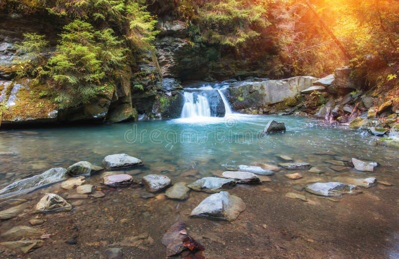 Ποταμός βουνών τοπίων φθινοπώρου με το μικρούς καταρράκτη και τα ορμητικά σημεία ποταμού στοκ εικόνα με δικαίωμα ελεύθερης χρήσης
