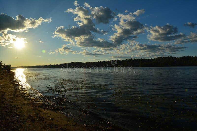 Ποταμός Βόλγας ηλιοβασιλέματος στοκ εικόνα