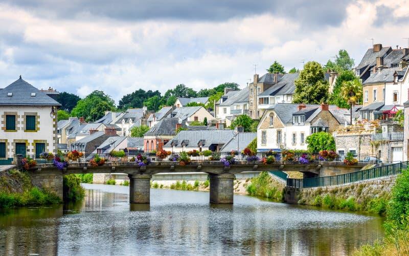 Ποταμός, γέφυρα και ζωηρόχρωμα αρχαία σπίτια Josselin, όμορφο χωριό της γαλλικής Βρετάνης στοκ εικόνα