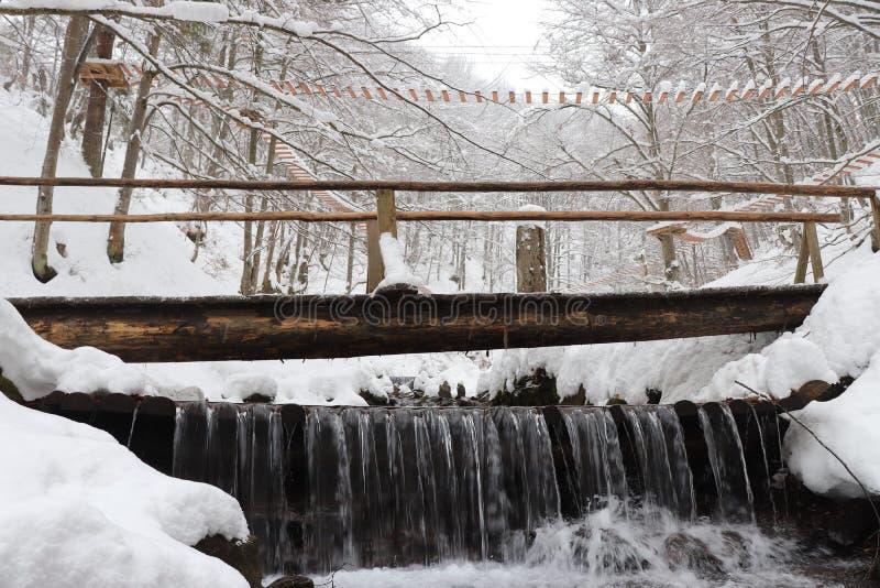 Ποταμός γεφυρών και βουνών Κοντά στον καταρράκτη στοκ φωτογραφία