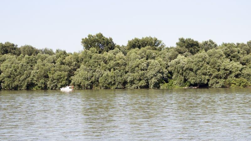 Ποταμός Δούναβη με το αλιευτικό σκάφος και Treeline στο υπόβαθρο στοκ φωτογραφίες