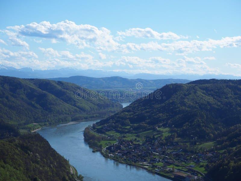 Ποταμός Δούναβη που αντιμετωπίζεται από το κάστρο melk στοκ φωτογραφίες με δικαίωμα ελεύθερης χρήσης