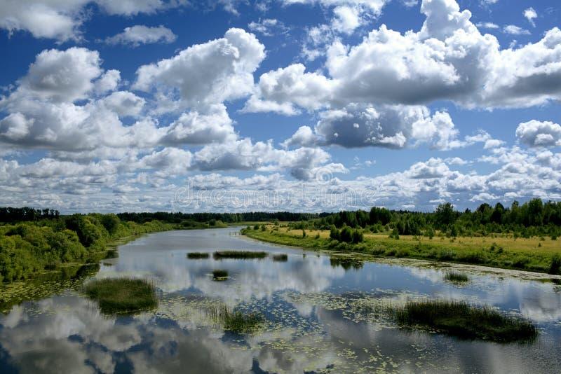 Ποταμός κάτω από το μπλε ουρανό στοκ φωτογραφία