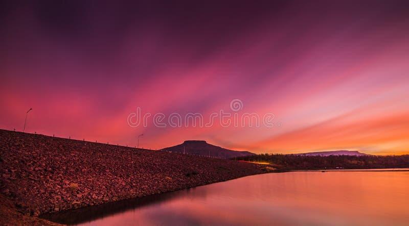 Ποταμός και βουνό ηλιοβασιλέματος στοκ φωτογραφίες