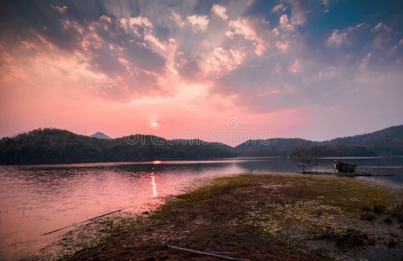 Ποταμός και βουνό ηλιοβασιλέματος στοκ φωτογραφία