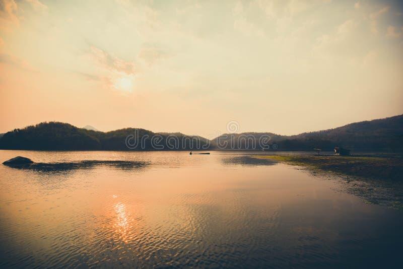 Ποταμός και βουνό ηλιοβασιλέματος στοκ εικόνες με δικαίωμα ελεύθερης χρήσης