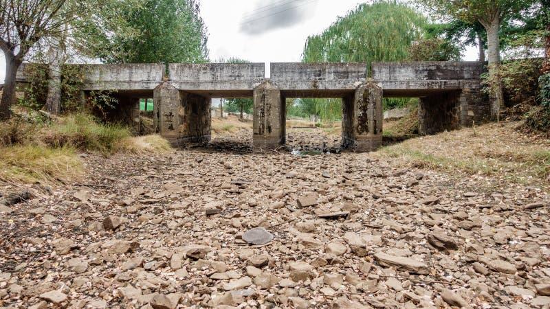 Ποταμός και γέφυρα ξηρασίας στοκ φωτογραφίες με δικαίωμα ελεύθερης χρήσης