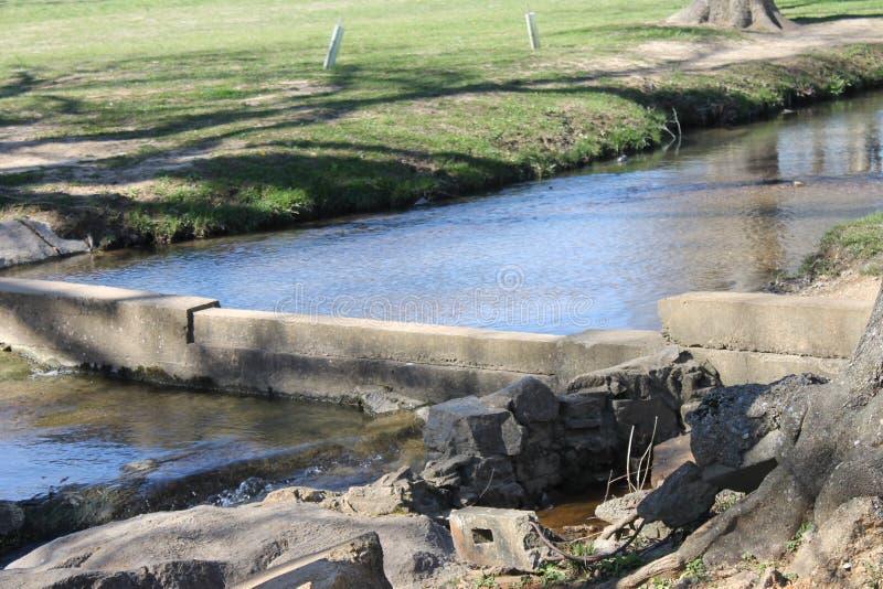 Ποταμός και ηλιόλουστη ημέρα στο πάρκο στοκ φωτογραφία