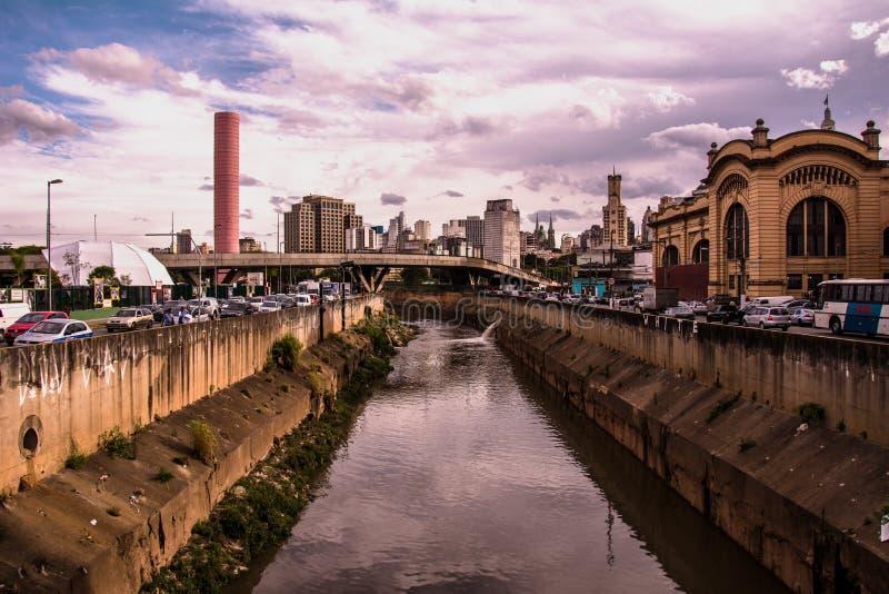 Ποταμός και μεγάλες οδοί σε έναν νότο - αμερικανική μεγάλη πόλη κατά τη διάρκεια στοκ εικόνες με δικαίωμα ελεύθερης χρήσης