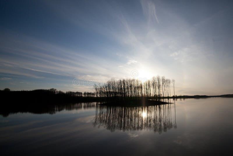 Ποταμός και ουρανός θερινών τοπίων στοκ εικόνα