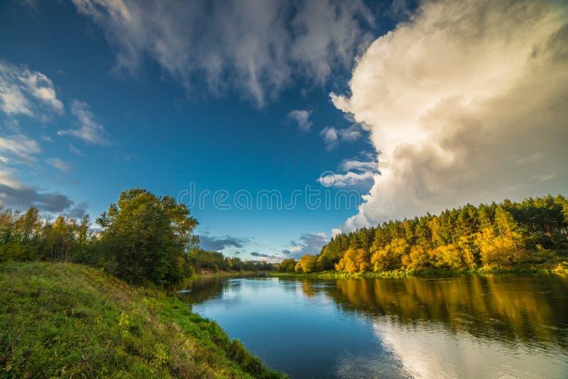 Ποταμός και σύννεφο-ακρωτήριο στοκ εικόνες με δικαίωμα ελεύθερης χρήσης