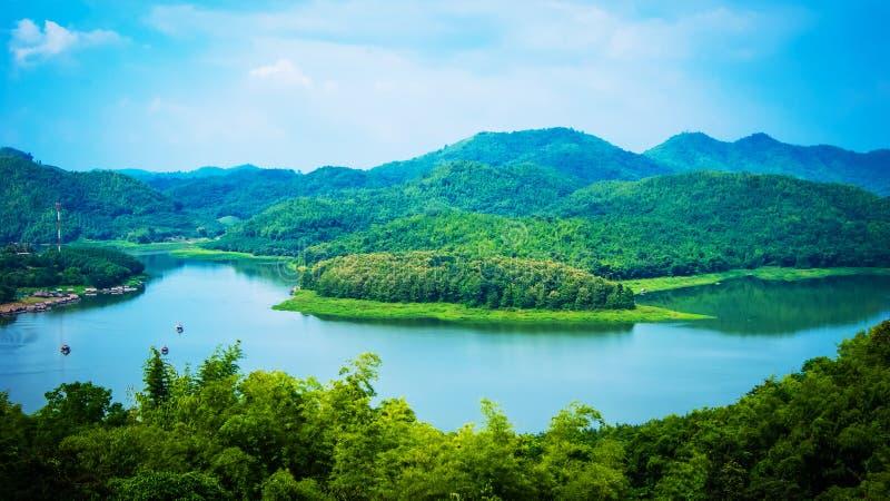 Ποταμός και το βουνό στοκ εικόνες με δικαίωμα ελεύθερης χρήσης