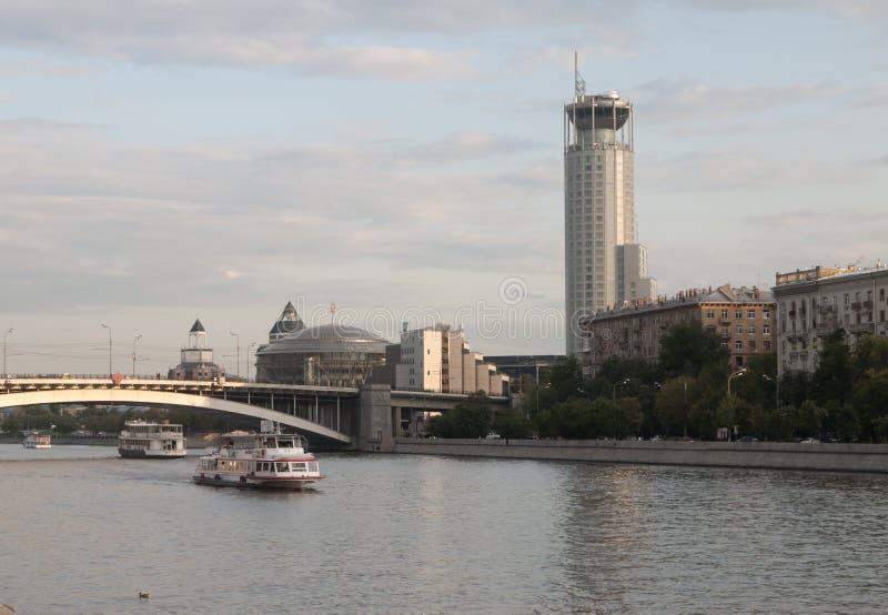 Ποταμός και το Swissotel Krasnye Holmy Μόσχα της Μόσχας στοκ εικόνα με δικαίωμα ελεύθερης χρήσης