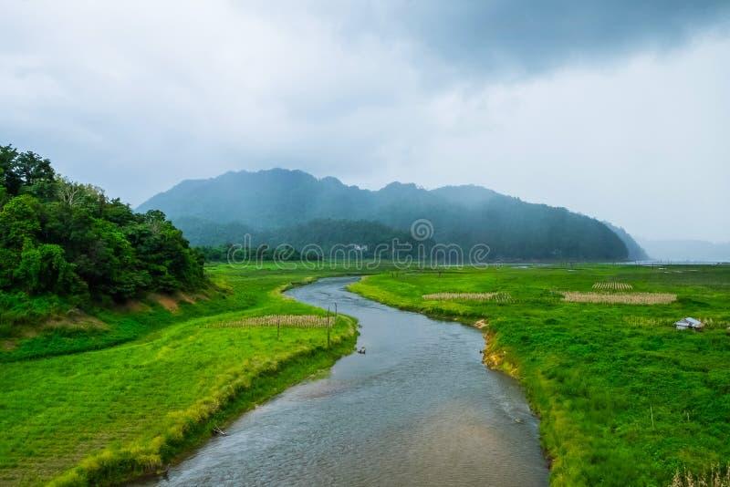 Ποταμός καμπυλών Rantee με την ομίχλη βουνών καλλιεργημένος στοκ φωτογραφία