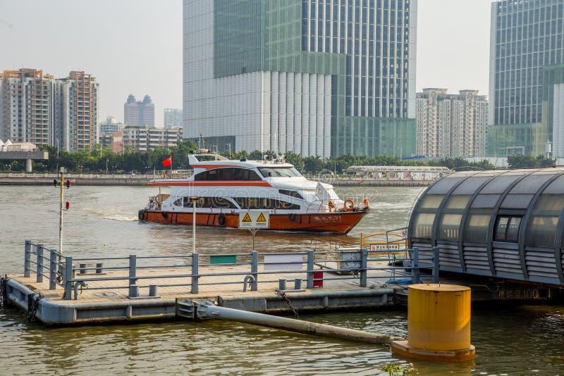 Ποταμός μαργαριταριών Guangzhou και στις δύο πλευρές του τοπίου, η πλευρά ποταμών μαργαριταριών μιας αποβάθρας στοκ εικόνα