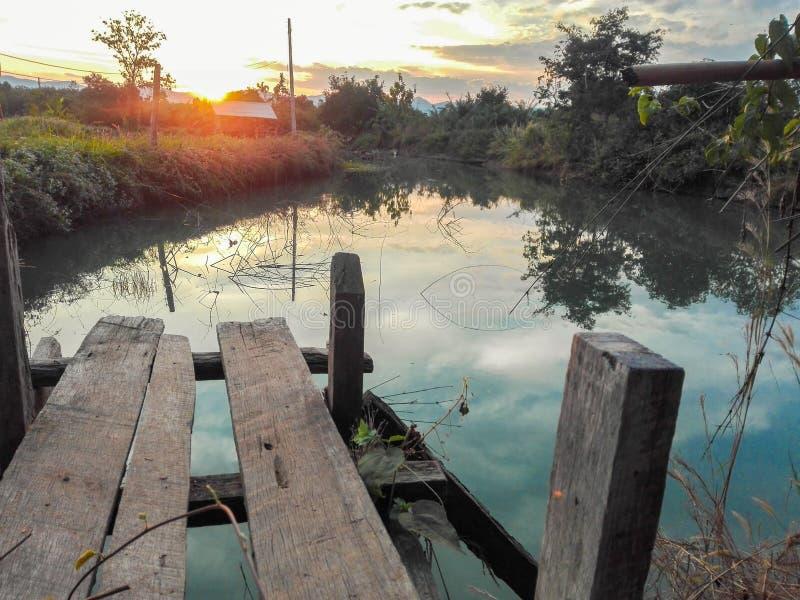 Ποταμός μεταξύ του τομέα στοκ φωτογραφία με δικαίωμα ελεύθερης χρήσης