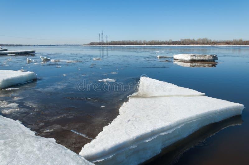 Ποταμός με το σπασμένο πάγο Ενεργειακοί στυλοβάτες Πάγος hummocks στον ποταμό στοκ φωτογραφίες με δικαίωμα ελεύθερης χρήσης