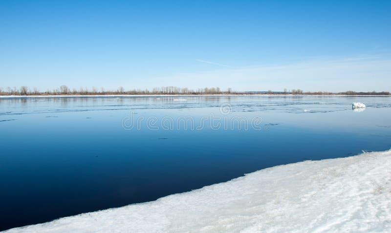 Ποταμός με το σπασμένο πάγο πάγος hummocks στον ποταμό την άνοιξη στοκ εικόνες