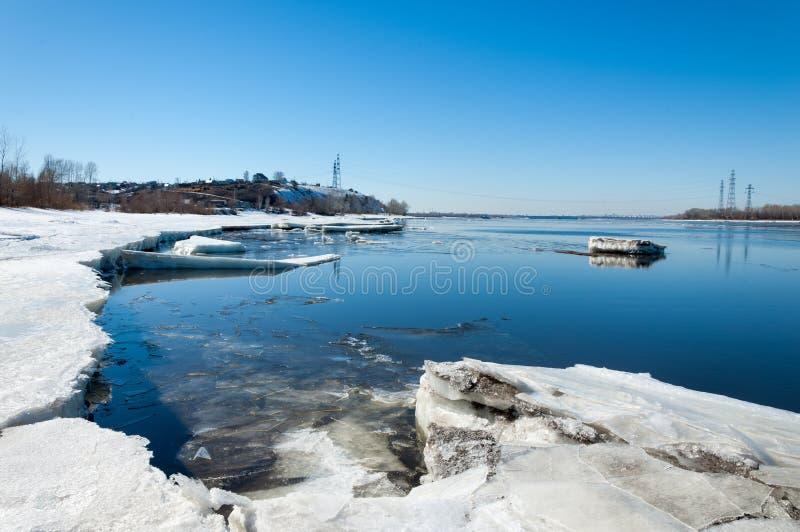 Ποταμός με το σπασμένο πάγο πάγος hummocks στον ποταμό την άνοιξη στοκ φωτογραφίες με δικαίωμα ελεύθερης χρήσης