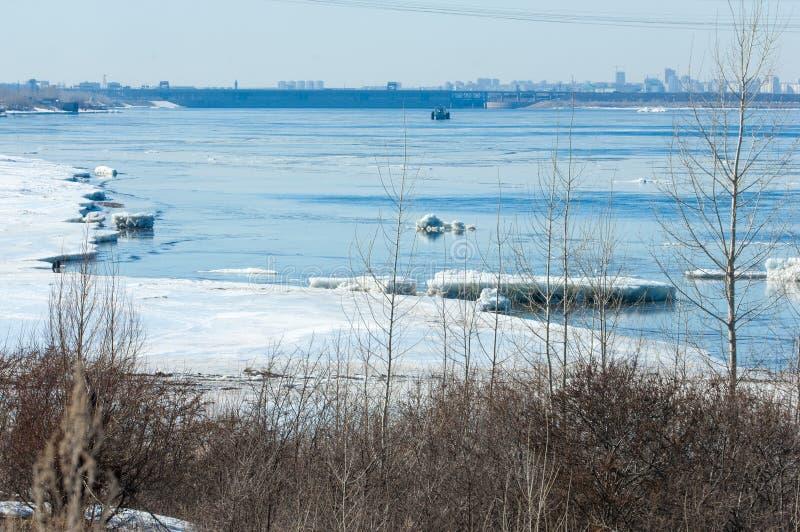 Ποταμός με το σπασμένο πάγο πάγος hummocks στον ποταμό την άνοιξη στοκ φωτογραφία με δικαίωμα ελεύθερης χρήσης