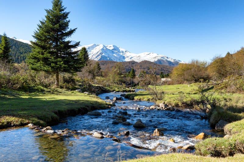 Ποταμός με το PIC du Midi de Bigorre στα γαλλικά Πυρηναία στοκ εικόνα