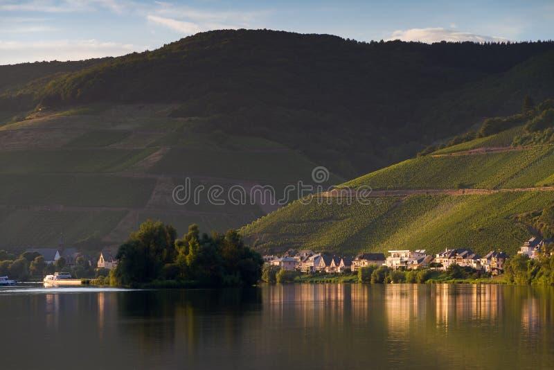 Ποταμός Μοζέλλας και λόφοι με τα σταφύλια στοκ φωτογραφία