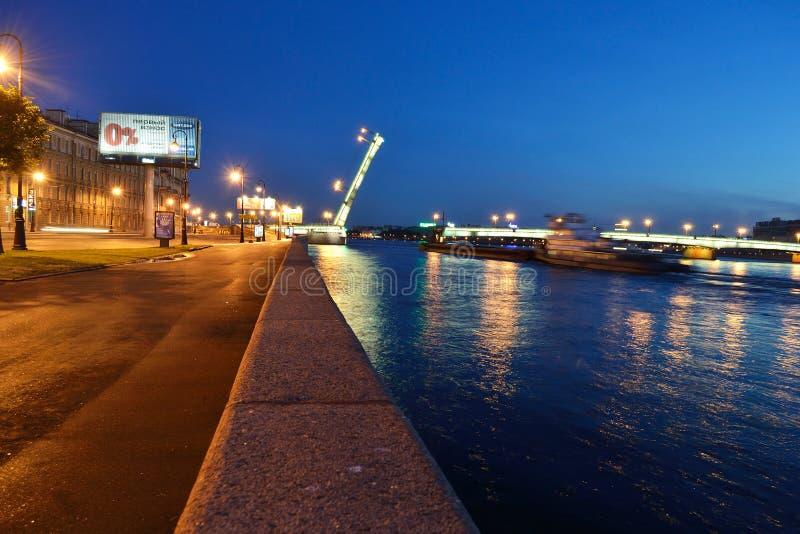 ποταμός νύχτας neva αναχωμάτων στοκ εικόνες