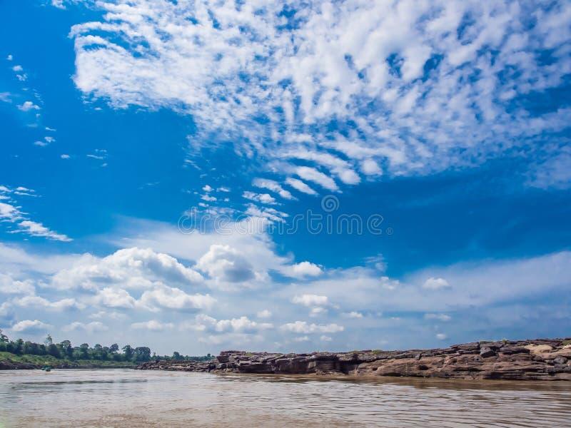 Ποταμός, πέτρα και μπλε ουρανός στοκ εικόνες