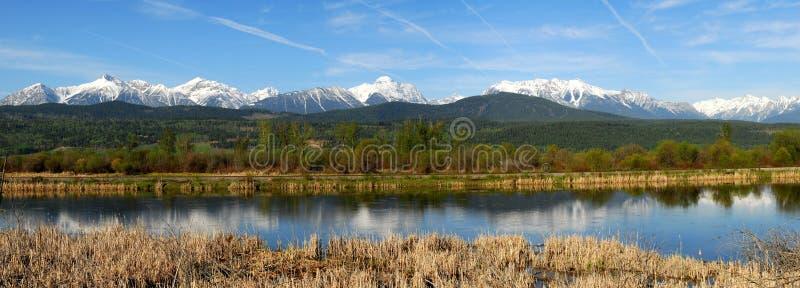ποταμός πανοράματος βουνών στοκ φωτογραφίες με δικαίωμα ελεύθερης χρήσης