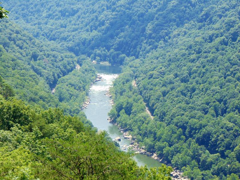 Ποταμός που τρέχει μέσω του τοπίου βουνών στοκ φωτογραφία με δικαίωμα ελεύθερης χρήσης