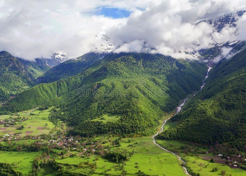 Ποταμός στα βουνά Τοπίο θερινών βουνών με την ομίχλη και ποταμός στη Γεωργία στοκ εικόνα με δικαίωμα ελεύθερης χρήσης