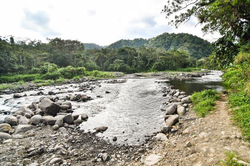 ποταμός στα βουνά, φωτογραφία ως υπόβαθρο, που λαμβάνεται Arenal στο πάρκο λιμνών ηφαιστείων στην Κόστα Ρίκα Κεντρική Αμερική στοκ εικόνες με δικαίωμα ελεύθερης χρήσης