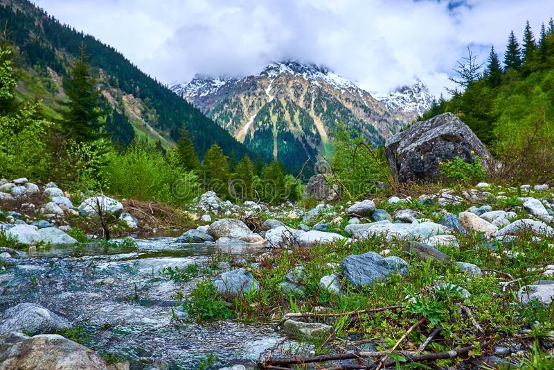 Ποταμός στα βουνά Svaneti την άνοιξη στοκ εικόνες με δικαίωμα ελεύθερης χρήσης