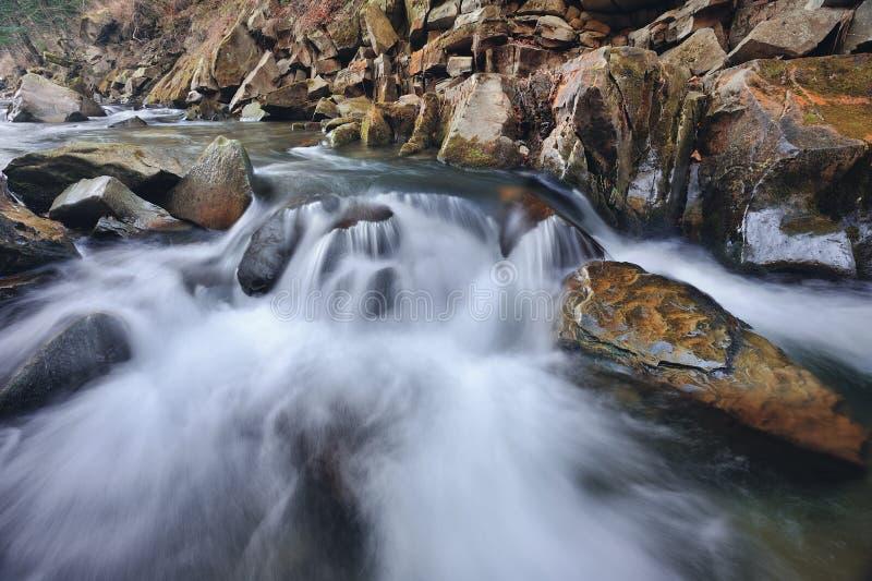 Ποταμός στα Καρπάθια βουνά στοκ εικόνες