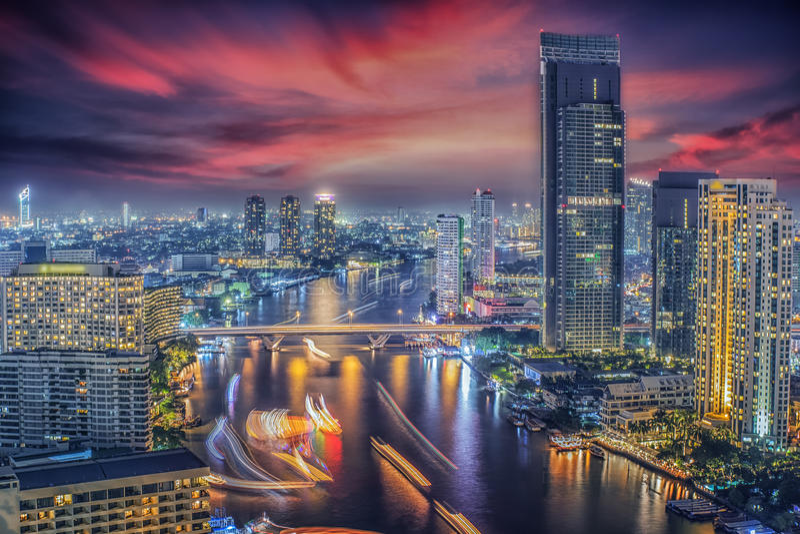 Ποταμός στην πόλη της Μπανγκόκ στη νύχτα στοκ εικόνες