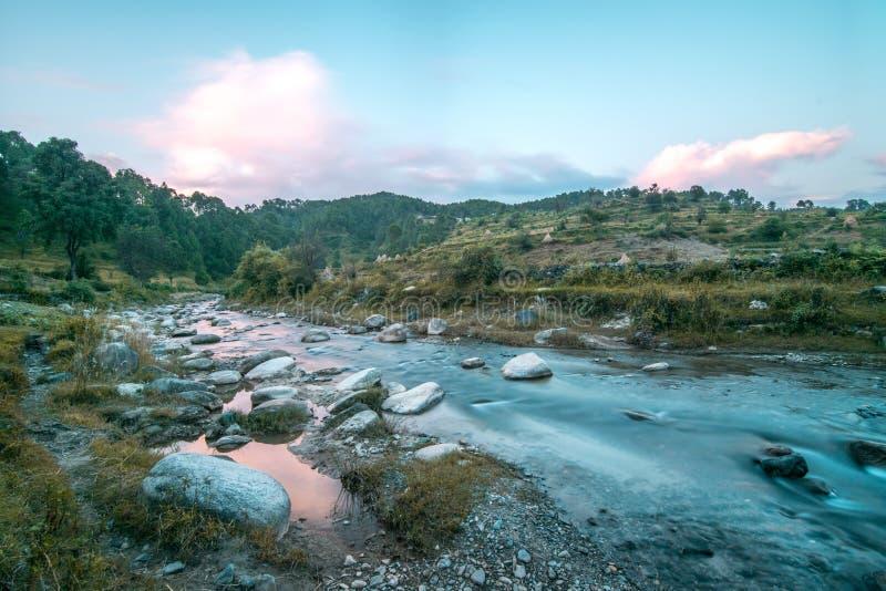 Ποταμός στο βουνό στοκ εικόνες