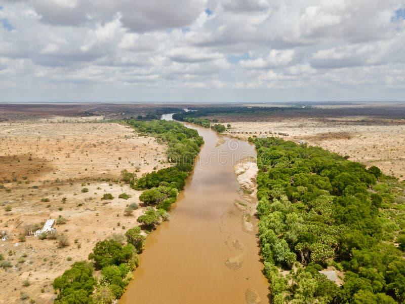 Ποταμός στο εθνικό πάρκο Tsavo σαβανών στοκ εικόνες