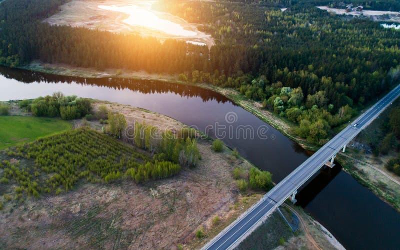ποταμός στο ηλιοβασίλεμα, εναέριο γέφυρα μέσω του στοκ φωτογραφίες με δικαίωμα ελεύθερης χρήσης