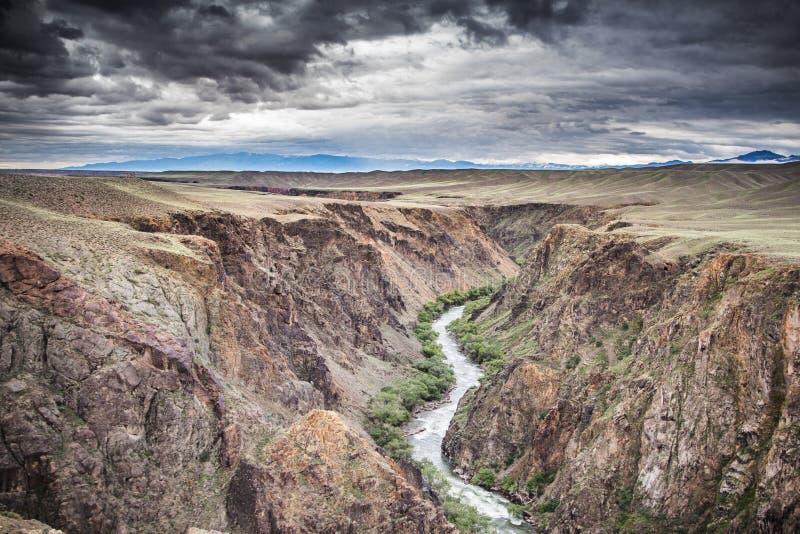 Ποταμός στο φαράγγι Charyn και cloudly τον ουρανό, Καζακστάν στοκ εικόνες