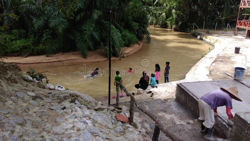 Ποταμός στο χωριό στοκ φωτογραφίες με δικαίωμα ελεύθερης χρήσης