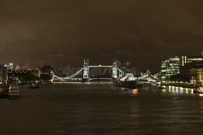 Ποταμός Τάμεσης και γέφυρα πύργων τη νύχτα στο Λονδίνο Μεγάλη Βρετανία στοκ εικόνα με δικαίωμα ελεύθερης χρήσης