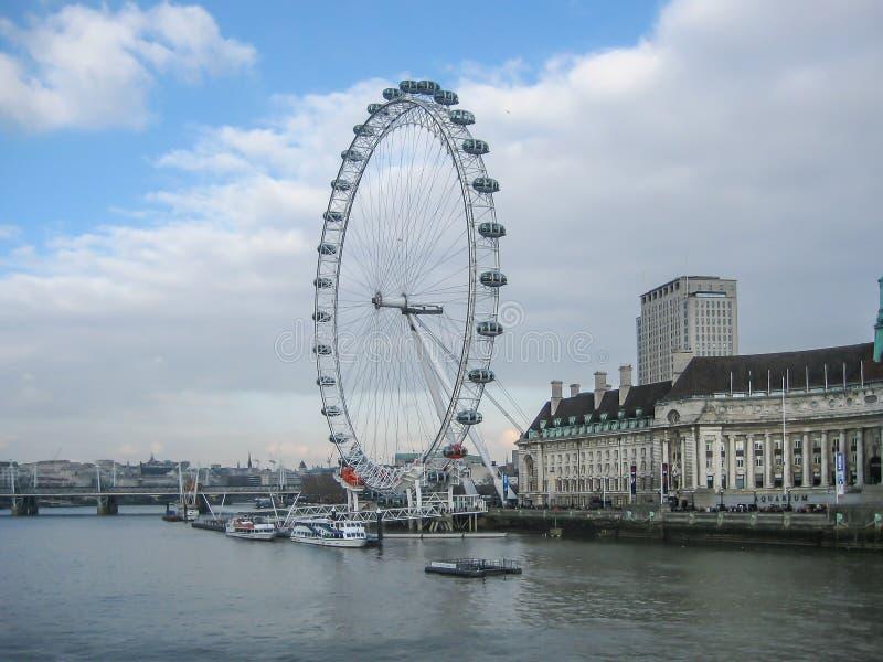 Ποταμός Τάμεσης και μάτι του Λονδίνου, στο Λονδίνο, UK στοκ φωτογραφίες με δικαίωμα ελεύθερης χρήσης