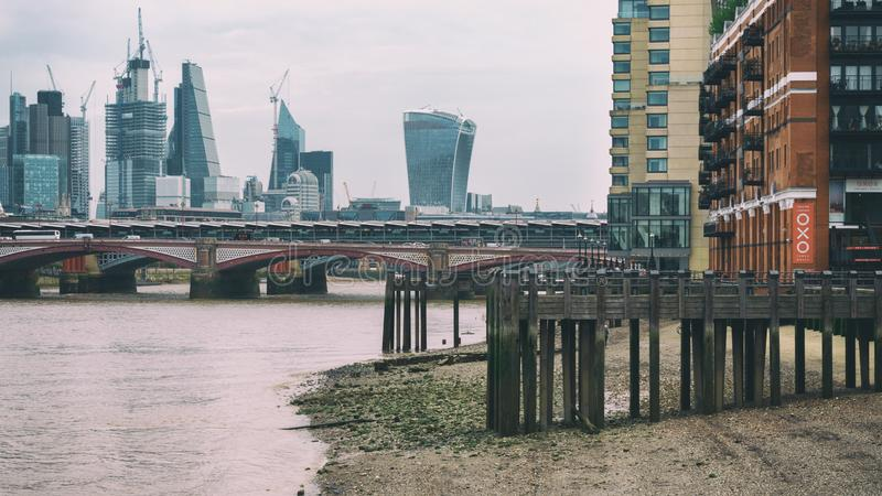 Ποταμός Τάμεσης στη χαμηλή παλίρροια με την άποψη προοπτικής σχετικά με πόλη του Λονδίνου, Ηνωμένο Βασίλειο, τον Ιούνιο του 2018 στοκ εικόνες