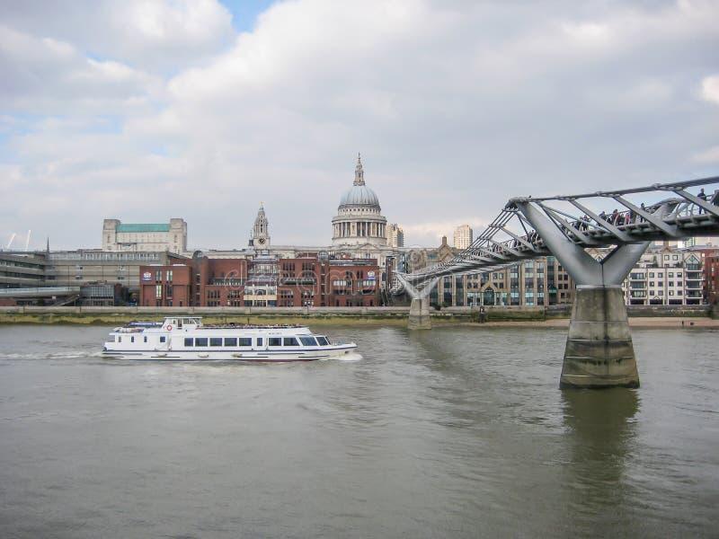 Ποταμός Τάμεσης στο κεντρικό Λονδίνο με τα κτήρια, τις βάρκες και τις γέφυρες στοκ φωτογραφία